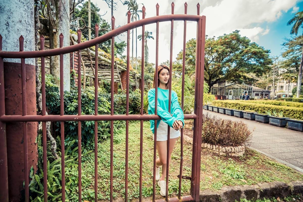 Пазл Собирать пазлы онлайн - Девушка у ворот