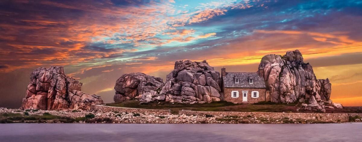 Пазл Собирать пазлы онлайн - Дом между скалами