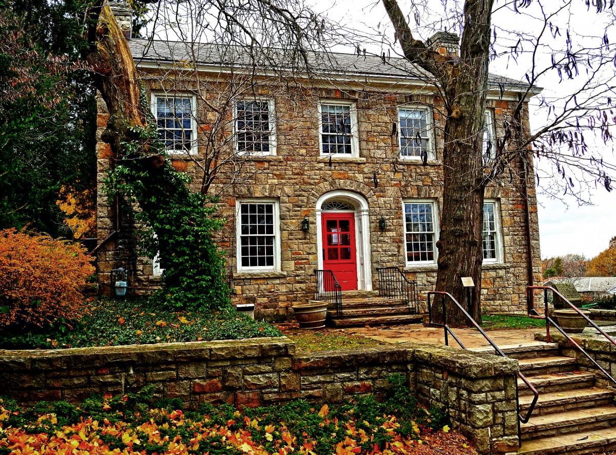 Пазл Собирать пазлы онлайн - Дом с красной дверью