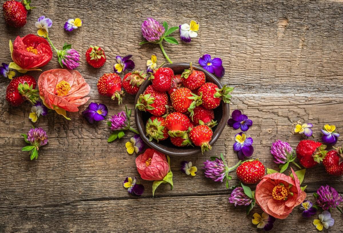 Пазл Собирать пазлы онлайн - Клубника и цветы