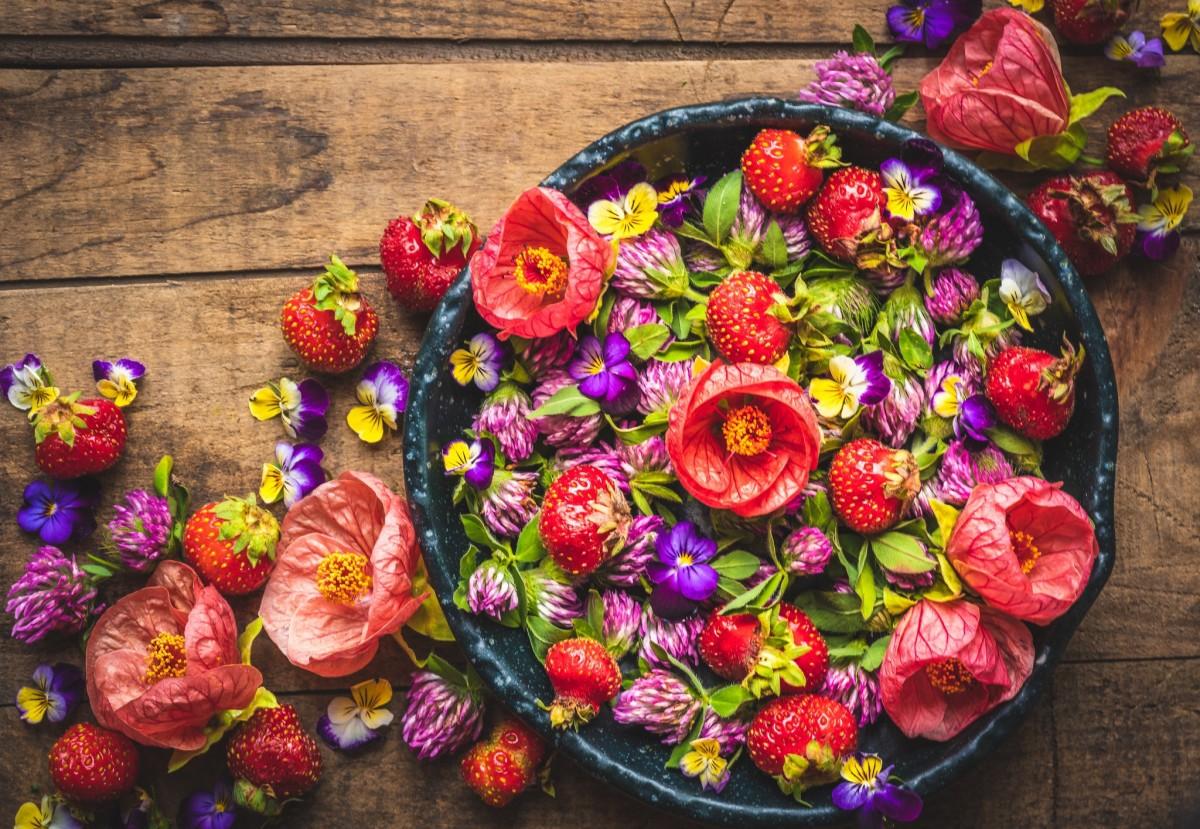 Пазл Собирать пазлы онлайн - Клубника в цветах