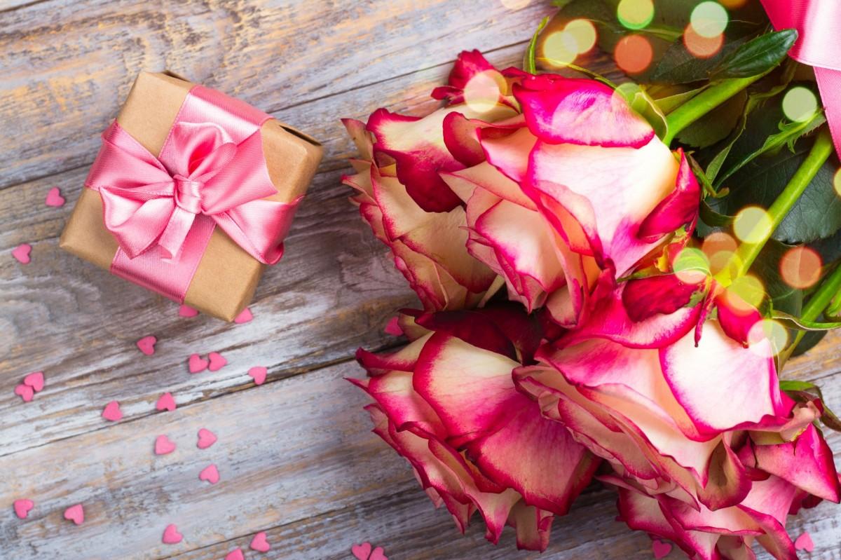 Пазл Собирать пазлы онлайн - Подарок и розы