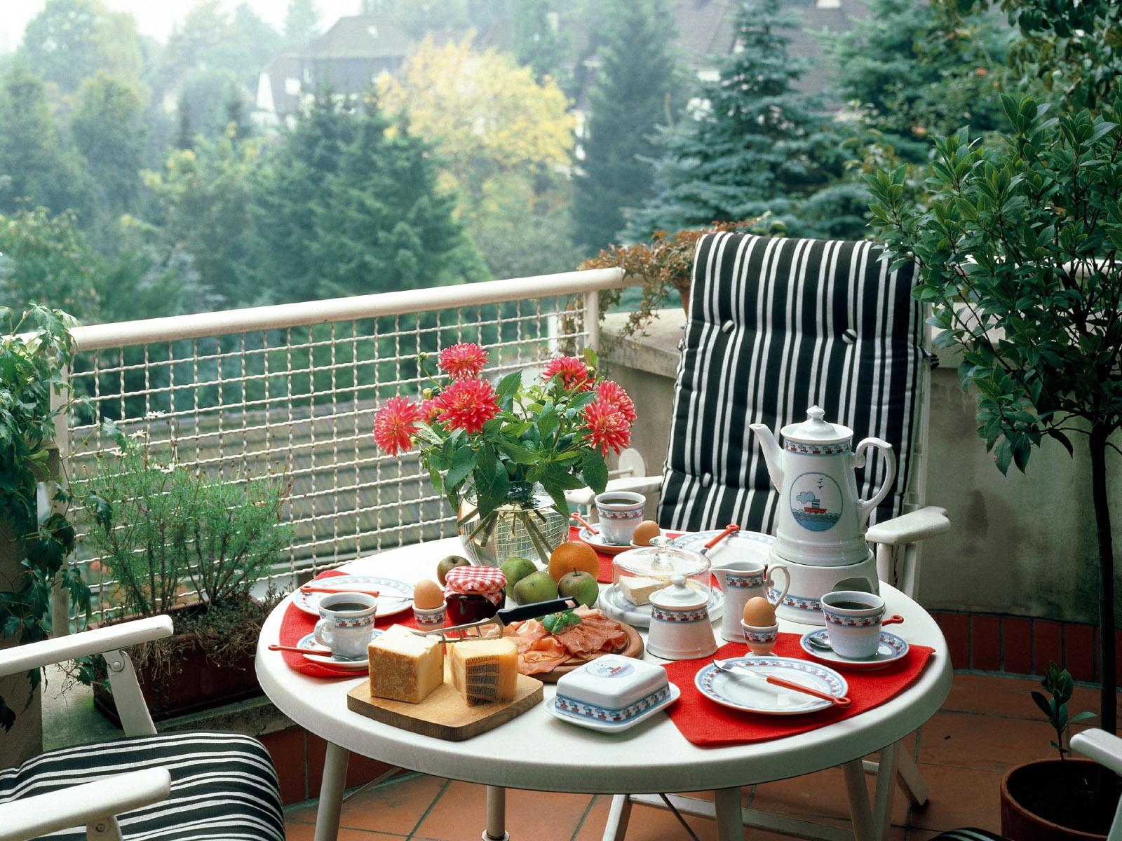 Собирать пазлы онлайн - завтрак на балконе.