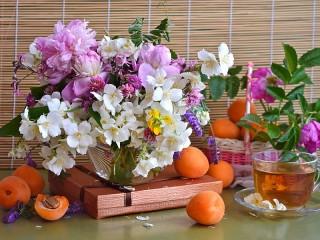 Собирать пазл Абрикосы и цветы онлайн