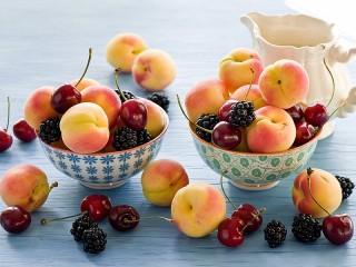 Собирать пазл Абрикосы и ягоды онлайн