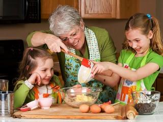 Собирать пазл Бабуля с внуками онлайн