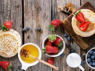 Собирать пазл Блины и ягоды онлайн