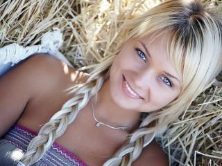 Собирать пазл Блондинка на сене онлайн