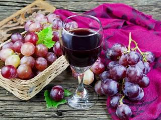 Собирать пазл Бокал и виноград онлайн