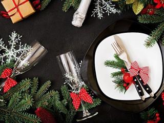 Собирать пазл Бокалы и тарелка онлайн