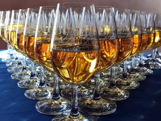 Собирать пазл Бокалы с напитком онлайн