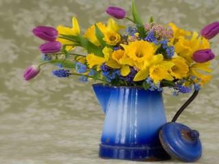 Собирать пазл Нарциссы и тюльпаны в чайнике онлайн