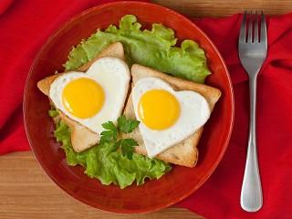 Собирать пазл Бутерброды с яйцом онлайн