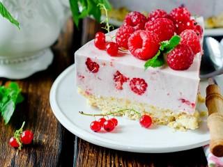 Собирать пазл Торт с ягодами онлайн