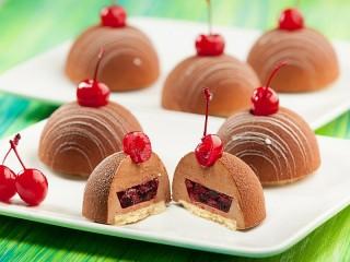 Собирать пазл Пирожные с вишнями онлайн