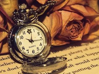 Собирать пазл Часы и розы онлайн