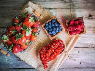 Собирать пазл Четыре вида ягод онлайн