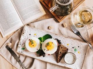 Собирать пазл Чтение за завтраком онлайн