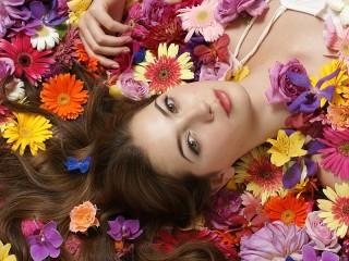 Собирать пазл Дама в цветах онлайн