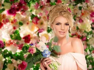 Собирать пазл Девушка и цветы онлайн