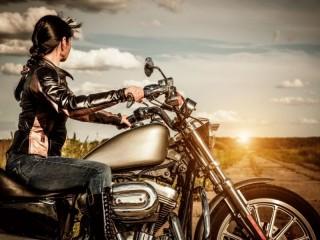 Собирать пазл Девушка на мотоцикле онлайн
