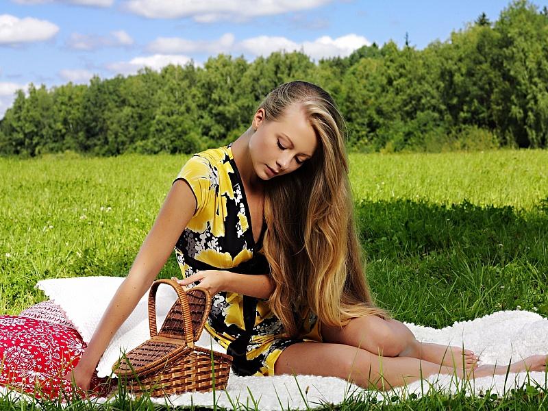Пазл Собирать пазлы онлайн - Девушка на природе