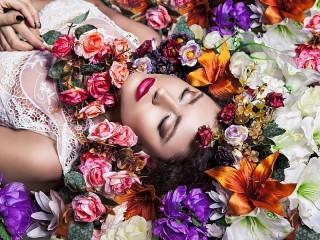 Собирать пазл Девушка среди цветов онлайн