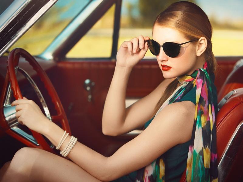 Пазл Собирать пазлы онлайн - Девушка в авто