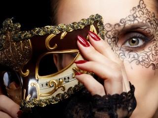 Собирать пазл Девушка в маске онлайн