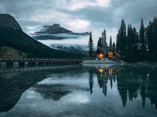 Собирать пазл Дом и озеро онлайн