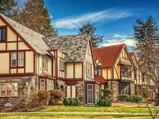 Собирать пазл Дома в стиле Тюдор онлайн