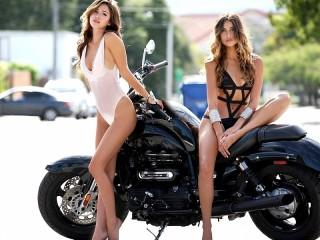 Собирать пазл Две девушки онлайн