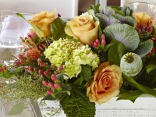 Собирать пазл Цветы на столе онлайн