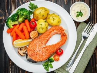 Собирать пазл Форель с овощами онлайн
