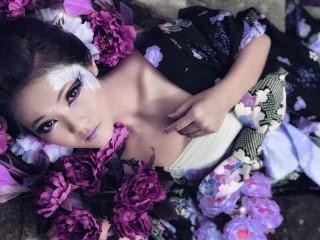 Собирать пазл Гейша в цветах онлайн