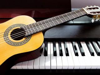 Собирать пазл Гитара и рояль онлайн