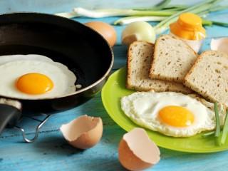 Собирать пазл Глазунья хлеб лук онлайн