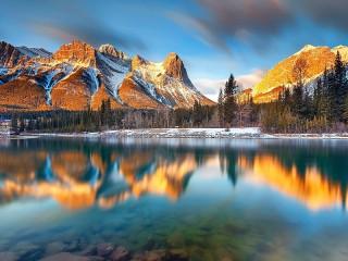 Собирать пазл Горное озеро на восходе онлайн