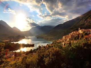 Собирать пазл Город у озера онлайн