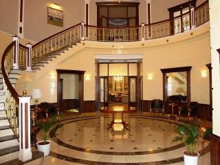 Собирать пазл Холл с лестницей онлайн