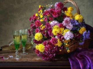 Собирать пазл Хризантемы и бокалы онлайн