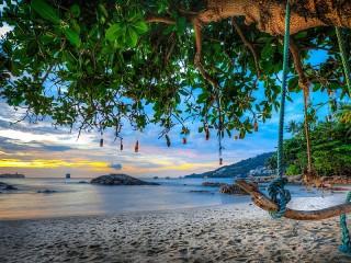 Собирать пазл Качели на пляже онлайн