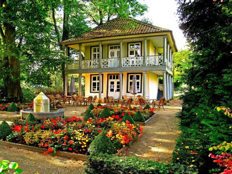 Пазл Собирать пазлы онлайн - Кафе в саду