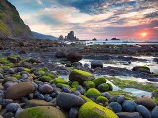 Собирать пазл Камни на берегу онлайн