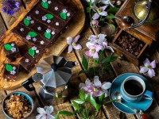 Собирать пазл Клематис и кофе онлайн