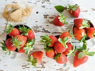 Собирать пазл Клубника с сахаром онлайн