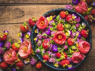 Собирать пазл Клубника в цветах онлайн