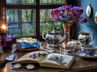 Собирать пазл Книга и голубые цветы онлайн