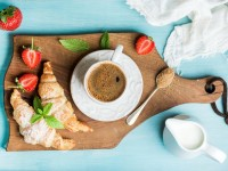 Собирать пазл Кофе и круассаны онлайн