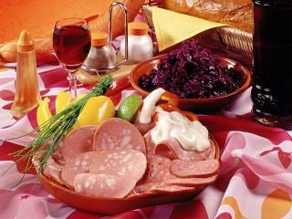 Собирать пазл Колбаса в сервировке онлайн